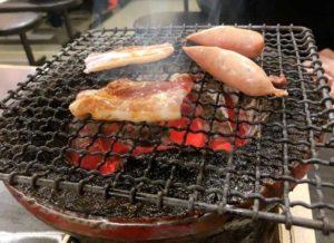 肉を焼く画像