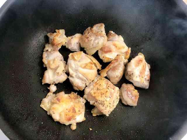 鶏もも肉を焼く画像